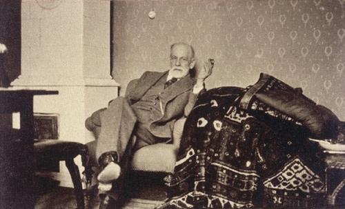 فروید در کنار مبل روانکاوی معروفش